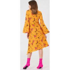 NA-KD Boho Asymetryczna sukienka z głębokim rozcięciem - Orange,Multicolor,Yellow. Niebieskie sukienki asymetryczne marki NA-KD Boho, na imprezę, w koronkowe wzory, z koronki, boho, na ramiączkach, mini. Za 40,95 zł.