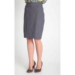 Szara elegancka spódnica QUIOSQUE. Szare spódnice wieczorowe QUIOSQUE, w kropki, z satyny, ołówkowe. W wyprzedaży za 59,99 zł.