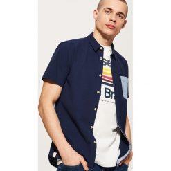 Koszula z kontrastową kieszonką - Granatowy. Niebieskie koszule męskie marki House, l, z kontrastowym kołnierzykiem. Za 69,99 zł.