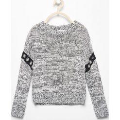 Melanżowy sweter z eyeletami - Czarny. Czarne swetry dziewczęce marki Reserved. W wyprzedaży za 29,99 zł.