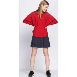 Czerwony Sweter Sunday Moon. Czerwone swetry klasyczne damskie Born2be, l, z dekoltem w łódkę. Za 64,99 zł.