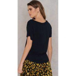 Rut&Circle T-shirt V Alina - Black. Zielone t-shirty damskie marki Rut&Circle, z dzianiny, z okrągłym kołnierzem. Za 64,95 zł.