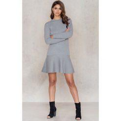 Sukienki: NA-KD Sukienka dzianinowa z falbanką – Grey