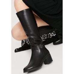 Czarne Kozaki Prorated. Czarne buty zimowe damskie marki Kazar, z futra, przed kolano, na wysokim obcasie, na koturnie. Za 169,99 zł.