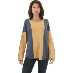Sweter w kolorze żółto-granatowym. Niebieskie swetry klasyczne damskie marki L'étoile du cachemire, z kaszmiru, z okrągłym kołnierzem. W wyprzedaży za 129,95 zł.