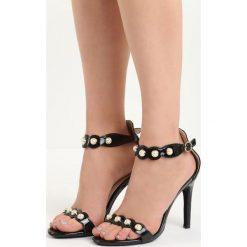 Czarne Sandały Gratitude. Czarne sandały damskie Born2be, w paski, na wysokim obcasie, na szpilce. Za 49,99 zł.
