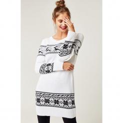 Sweter w kolorze białym. Białe swetry klasyczne damskie marki SCUI, z okrągłym kołnierzem. W wyprzedaży za 139,95 zł.