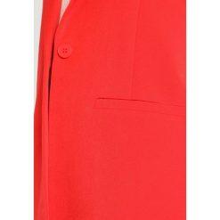 Minimum TARA  Krótki płaszcz fiery red. Czerwone marynarki i żakiety damskie Minimum, z elastanu. Za 459,00 zł.