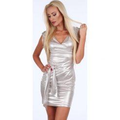 Sukienka z wiązaniem w talii beżowa G5264. Brązowe sukienki z falbanami Fasardi, l. Za 149,00 zł.