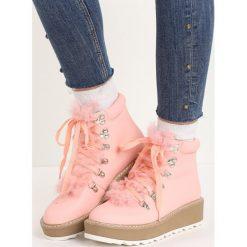 Różowe Traperki Hidden Star. Czerwone buty zimowe damskie marki Born2be, z okrągłym noskiem, na płaskiej podeszwie. Za 79,99 zł.