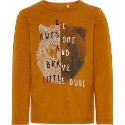 """Koszulka """"Sallon"""" w kolorze jasnobrązowym. Brązowe t-shirty chłopięce z długim rękawem marki Name it Mini & Kids, z nadrukiem, z bawełny. W wyprzedaży za 32,95 zł."""