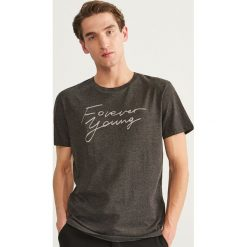 T-shirty męskie: T-shirt z nadrukiem Forever Young - Czarny