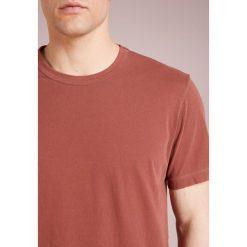 James Perse CREW LIGHTWEIGHT Tshirt basic metallic red. Czerwone t-shirty męskie James Perse, m, z bawełny. Za 379,00 zł.