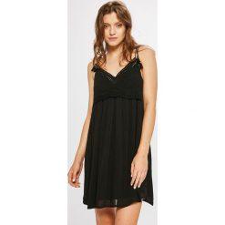 Answear - Sukienka. Sukienki małe czarne ANSWEAR, na co dzień, l, z haftami, z materiału, casualowe, na ramiączkach, rozkloszowane. W wyprzedaży za 69,90 zł.