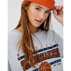 Szara koszulka w koszykarskim stylu. Szare t-shirty damskie Pull&Bear. Za 49,90 zł.