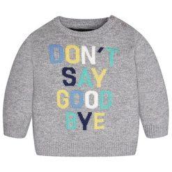 Sweter w kolorze szarym. Szare swetry chłopięce marki Mayoral, z nadrukiem, z okrągłym kołnierzem. W wyprzedaży za 82,95 zł.