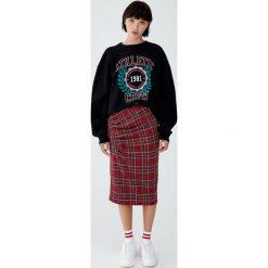 Spódnica w szkocką kratę z marszczeniem. Czerwone spódniczki Pull&Bear. Za 89,90 zł.