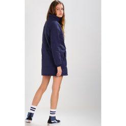 Odzież damska: Vans DOPPLER PUFFER Krótki płaszcz dress blues
