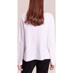 DRYKORN MELBI Sweter white. Białe swetry klasyczne damskie DRYKORN, xl, z bawełny. W wyprzedaży za 408,85 zł.