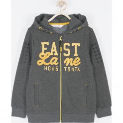 Bluza. Szare bluzy chłopięce rozpinane marki FAST LANE, z aplikacjami, z bawełny, z kapturem. Za 89,90 zł.