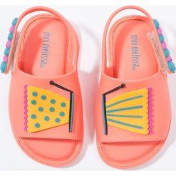 Melissa MIA Sandały coral. Pomarańczowe sandały chłopięce Melissa, z materiału, z otwartym noskiem. W wyprzedaży za 167,30 zł.