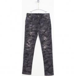 Dżinsy w kolorze szarym ze wzorem. Szare spodnie chłopięce marki Lemon Fashion, moro. W wyprzedaży za 72,95 zł.