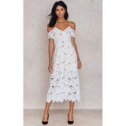 Sukienki: NA-KD Boho Koronkowa sukienka z wycięciami na ramionach – White