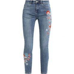 New Look LEO EMBROIDERED FRAY HEM Jeans Skinny Fit mid blue. Czarne jeansy damskie marki New Look, z materiału, na obcasie. W wyprzedaży za 141,75 zł.