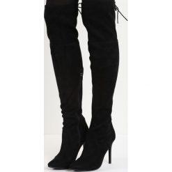Czarne Kozaki Darla. Czarne buty zimowe damskie marki Born2be, z materiału, ze szpiczastym noskiem, przed kolano, na wysokim obcasie, na szpilce. Za 94,99 zł.