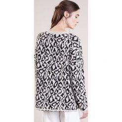 Swetry klasyczne damskie: Reiss DULCIE Sweter champange/black