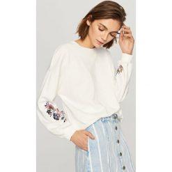 Bluzy damskie: Bluza z wyhaftowanymi kwiatami - Kremowy