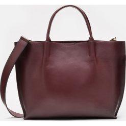 Bordowa torebka damska. Czerwone torebki klasyczne damskie Kazar, w paski, ze skóry, duże. Za 799,00 zł.