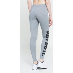 Nike Sportswear - Legginsy. Różowe legginsy marki Nike Sportswear, l, z nylonu, z okrągłym kołnierzem. W wyprzedaży za 99,90 zł.