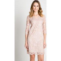 Koronkowa sukienka w kolorze pudrowym BIALCON. Czerwone sukienki balowe BIALCON, na imprezę, na lato, w koronkowe wzory, z koronki, z dekoltem w serek, dopasowane. Za 329,00 zł.