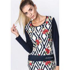 Granatowa Sukienka Look Happier. Szare sukienki dzianinowe marki Born2be, l, w geometryczne wzory, z kontrastowym kołnierzykiem, mini, dopasowane. Za 24,99 zł.