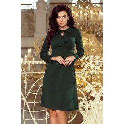 Allie sukienka trapezowa z wiązaniem pod szyją - ZIELEŃ BUTELKOWA. Zielone sukienki na komunię numoco, s, z kokardą, trapezowe. Za 147,99 zł.