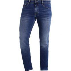 Calvin Klein Jeans SLIM STRAIGHT  Jeansy Slim Fit blue denim. Czarne jeansy męskie relaxed fit marki Calvin Klein Jeans, z bawełny. Za 419,00 zł.