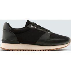 Czarne buty sportowe w miejskim stylu. Czarne buty sportowe damskie marki Pull&Bear, na obcasie. Za 34,90 zł.