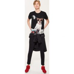 T-shirt z kosmicznym psem - Czarny. Czarne t-shirty męskie marki House, l, z nadrukiem. Za 49,99 zł.