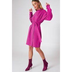 NA-KD Trend Sukienka oversize z wiązaniem w talii - Pink. Białe długie sukienki marki NA-KD Trend, w paski, z poliesteru, z klasycznym kołnierzykiem. Za 161,95 zł.