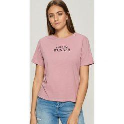 T-shirt z napisem - Różowy. Czerwone t-shirty damskie Sinsay, l, z napisami. Za 19,99 zł.