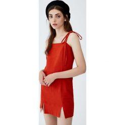 Sukienka z kwadratowym dekoltem. Szare sukienki z falbanami Pull&Bear, z kwadratowym dekoltem. Za 99,90 zł.