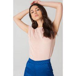 NA-KD Basic T-shirt z surowym wykończeniem - Pink. Różowe t-shirty damskie marki NA-KD Basic, z bawełny. W wyprzedaży za 16,38 zł.