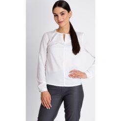 Kuferki damskie: Biała bluzka z wycięciem przy dekolcie QUIOSQUE
