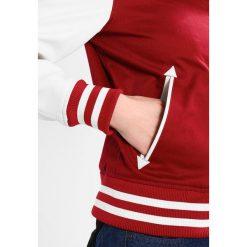 Schott NYC CHEERY Kurtka Bomber red. Czerwone bomberki damskie marki Schott NYC, z bawełny. W wyprzedaży za 549,50 zł.