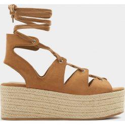 Czółenka: Wiązane buty na koturnie z juty