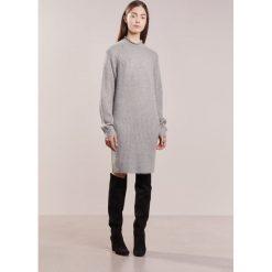 DESIGNERS REMIX VICKI Sukienka dzianinowa grey melange. Białe sukienki dzianinowe marki DESIGNERS REMIX, polo. W wyprzedaży za 439,50 zł.