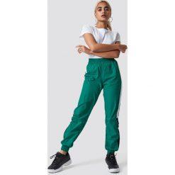 Spodnie z wysokim stanem: NA-KD Trend Spodnie Side Stripe Tracksuit - Green