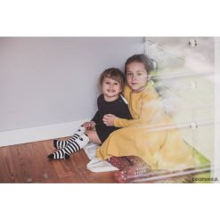 Sukienka musztardowa Angelina. Szare sukienki dziewczęce z falbanami Pakamera, z długim rękawem, długie. Za 125,00 zł.