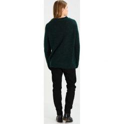 Swetry klasyczne męskie: Weekday STARS Sweter green